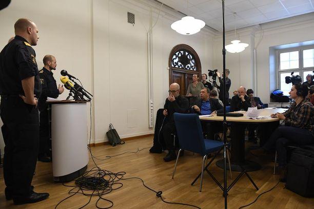 Tukholman poliisipäälliköt Ulf Johansson ja Patrik Ungsater pitivät tänään tiedotustilaisuuden Tukholmaa piinaavasta jengisodasta.