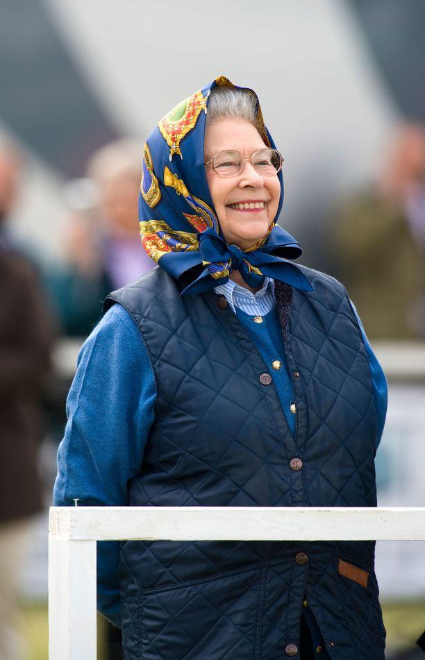 Loisteliaiden asujen lisäksi kuningatar Elisabet edustaa toisinaan vaatimattomassa tyylissä.