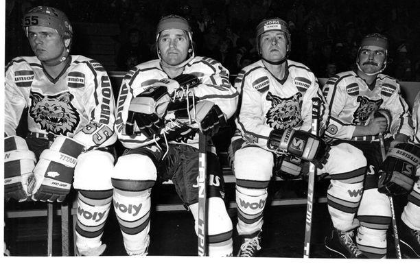Henry Lehvonen (toinen vasemmalta) pelasi uransa viimeisen kauden 1981–82 Ilveksessä. Kuvassa ovat myös Antti Heikkilä, Lasse Oksanen ja Jari Järvinen.