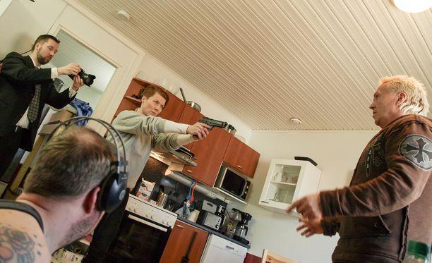 Heidi Kyrö näyttelee indietuotannossa perheenäitiä, joka tarttuu äärimmäisiin keinoihin. Kuvassa vastanäyttelijänä toimittaja Kai Merilä.