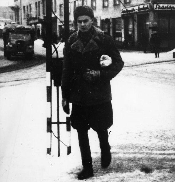 Sodasta palannut alikersantti Mauno Koivisto vuonna 1944.