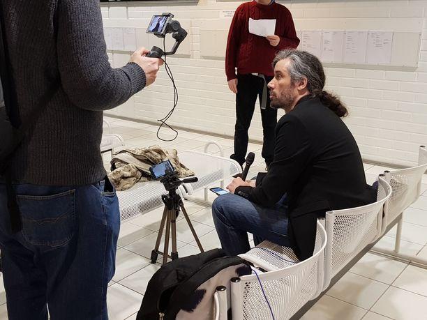 Junes Lokka määrättiin saamaan 200 euroa korvauksia kunnianloukkauksen aiheuttamasta kärsimyksestä. Ennen istuntoa hän teki suoraa Youtube-lähetystä.