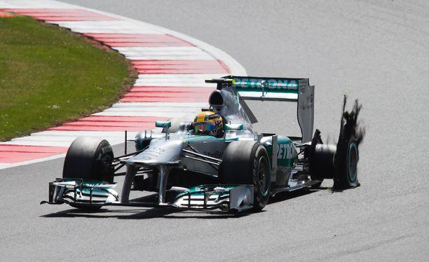 Hamilton koki rengasrikon myös vuonna 2013. Tuolla kertaa se myös tuhosi miehen voittohaaveet.