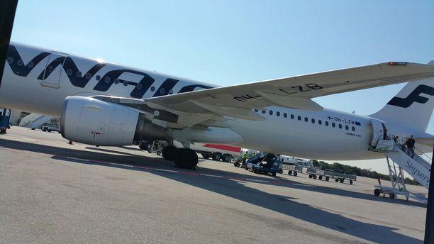 Ennen kiinni jäämistään lentokapteeni ehti tarkistaa koneen ulkoisesti ja pitää turvallisuuspalaverin. Kuvituskuva.