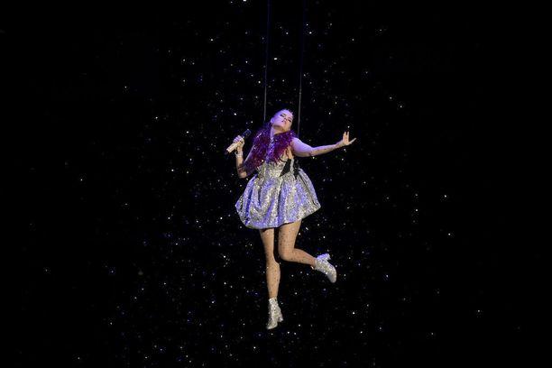 Saara aloitti konsertin laskeutumalla lavalle köysien varassa.