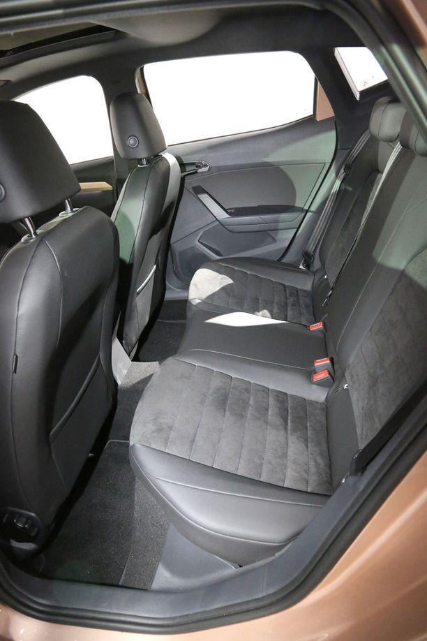Takapenkki on muotoiltu kahdelle, ja kolmen hengen kuormalla kaikilla takapenkkiläisillä on enemmän tai vähemmän huono istuma-asento.
