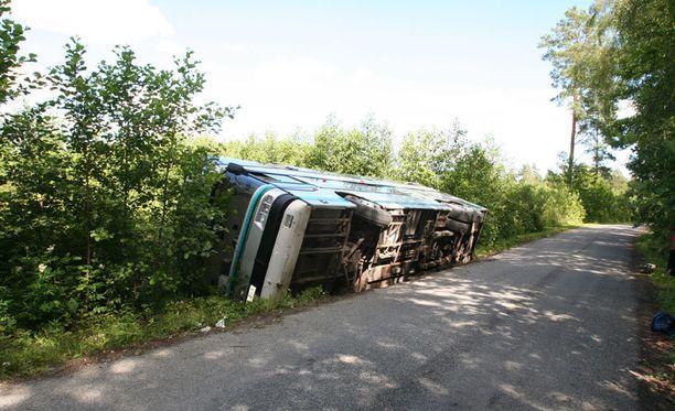 Suomalaisseurueen bussi ajautui ojaan Virossa.