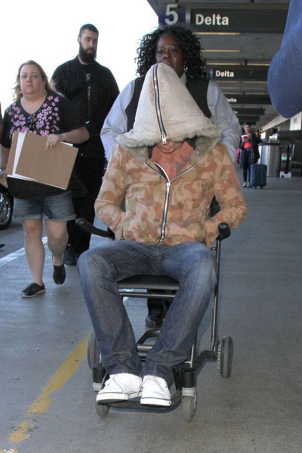 Mickey näytti heikkovointiselta lentokentän työntekijän työntäessä häntä limusiinille.