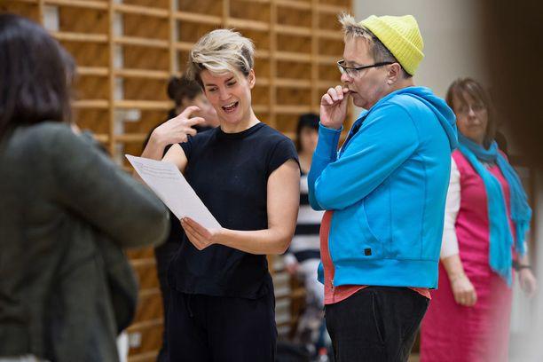 Maria Ylipää ja ohjaaja Ville Saukkonen pohtivat yhdessä mitkä säkeistöt Armollinen Jumala -virrestä Ylipää laulaa.