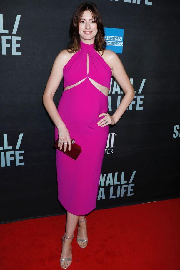 Anne Hathawayn upea mekko myötäili raskausmahaa.