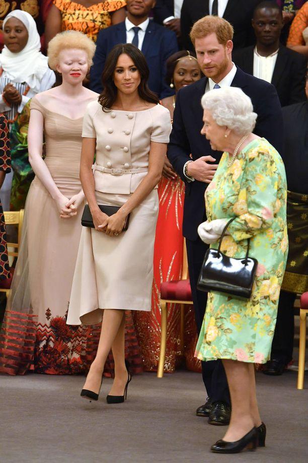 Judi Jamesin tulkinnan mukaan Meghan käyttää laukkuaan ikään kuin turvana odottaessaan vihjettä kuningattaren seuraavasta siirrosta.