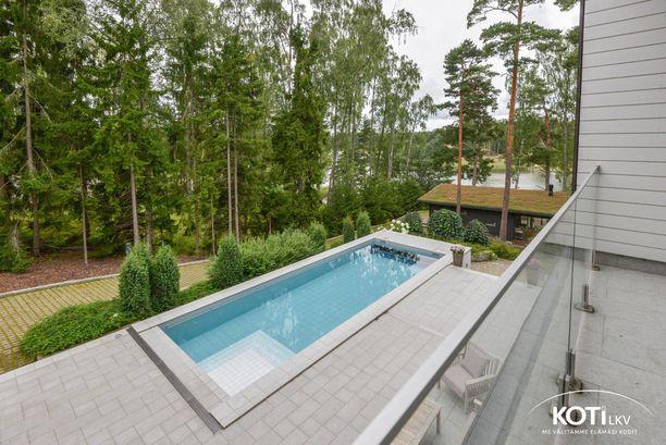 Terassilla sijaitsee myös uima-allas.