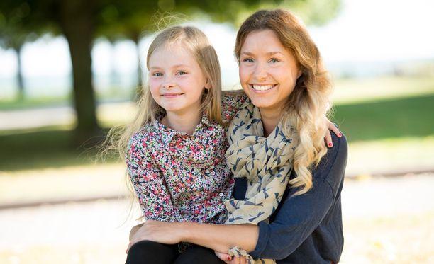 Niina Summerford 8-vuotiaan tyttärensä kanssa. Summerfordin mielestä tyttären uskonnollinen kasvatus kuuluu kotiin eikä iltapäiväkerhoon.