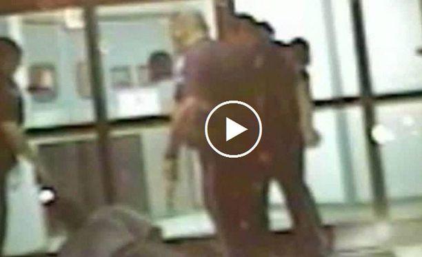 Videolla näkyy, miten kolme poliisia tainnuttaa etälamauttimella maassa makaavaa Lambertia.