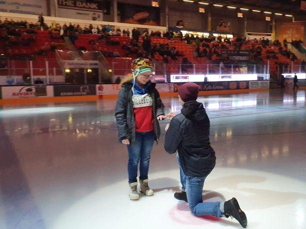 Arttu Sopanen kosi Jenna Kärkkäistä perjantaina Kouvolassa.
