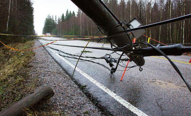 Kova tuuli on katkonut sähköjä. Kuva vuodelta 2011.