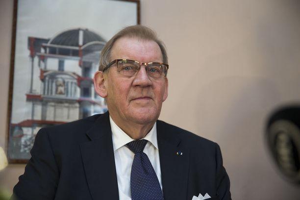 Eduskunnan ex-pääsihteeri Seppo Tiitisen mukaan kansanedustajan erottamiseen vaaditaan lainvoimainen vankeustuomio, jota kannattaa vähintään kaksi kolmasosaa kansanedustajista.