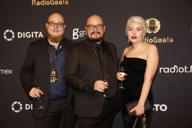 Womma ja Bertta Seppälä olivat Radiogaalassa yhdessä isänsä Hermanni Seppälän kanssa.