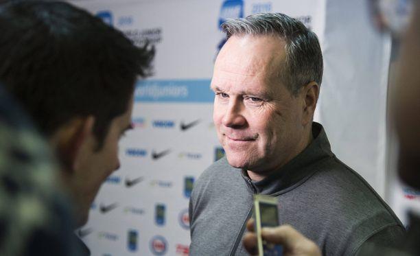 Kanadan päävalmentajan Dave Lowryn mielestä Suomi on ennakkosuosikki - tai niin Lowry haluaa antaa ymmärtää.