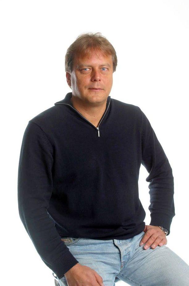 """Jari Porttila aloitti työuransa Iltalehdessä 1980-luvulla. """"Porttis"""" on ollut mukana myös tällä vuosituhannella urheilutoimituksen avustajana. Kolumnikuva vuodelta 2002."""