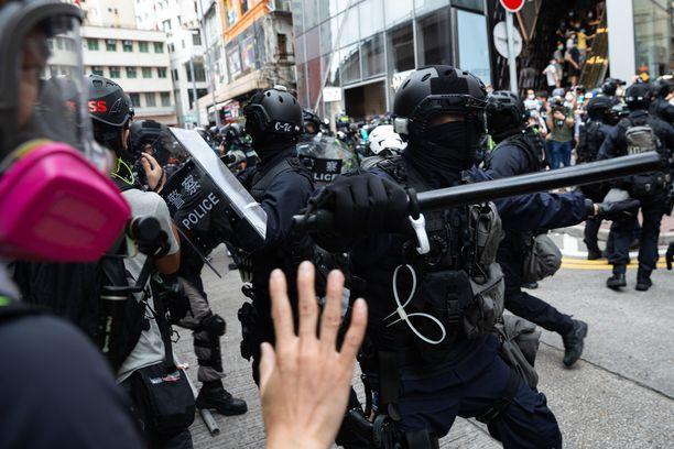 Mellakkapoliisit eivät ole karttaneet koviakaan otteita heidän yrittäessä paimentaa turvallisuuslakia vastustavia mielenosoittajia.