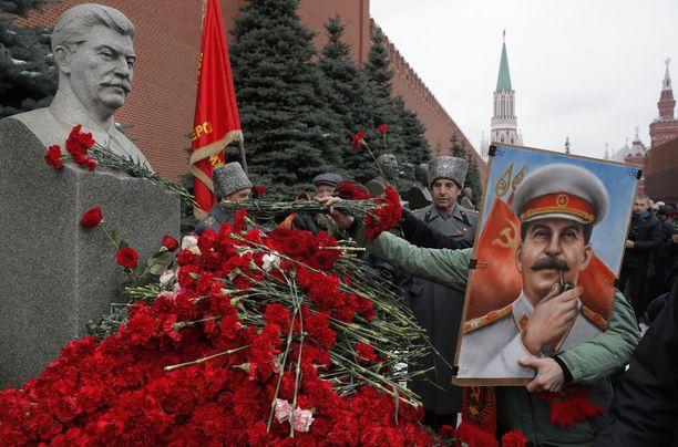 Venäjällä on vallassa jonkinlainen Stalin-kultti. Stalinia ihannoidaan ja unohdetaan hirmuteot. Kuva Moskovasta, jossa kommunistisen puolueen jäsenet ja kannattajat laskivat kukkia Stalinin haudalle joulukuussa.