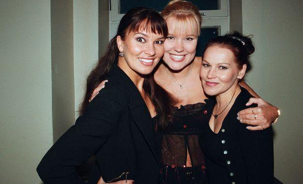Korisevan sisarukset yhteiskuvassa vuonna 1999. Vasemmalla Arja, Piia ja Eija.