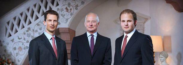 Liechtensteinin valtaistuimella istuva prinssi Hans Adam (kesk.), kruununprinssi Alois sekä prinssi Joseph Wenzel.