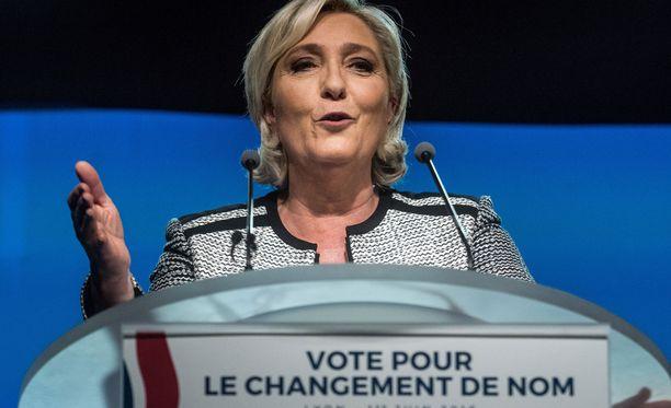 Marine Le Pen vie palkkiokiistan EU:n korkeimpaan tuomioistuimeen.