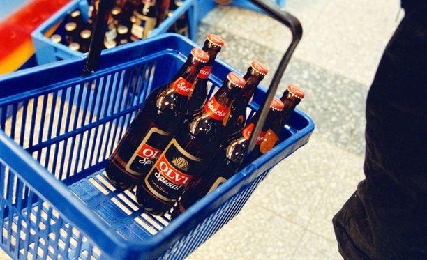 """Syytettyjen kertomasta kävi ilmi, että naisen olisi ostanut """"sixpackin"""" ja """"mäyräkoiran"""" eli ainakin 18 pulloa olutta, jota naukkaili heidän poikansa kanssa. Kuvituskuva."""