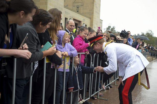 Prinssi tervehti lämpimästi niin pieniä kuin vanhempiakin faneja.