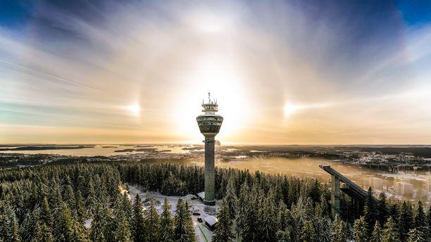 Jarmo Kuittinen tallensi haloilmiön Puijon tornin ympärille.