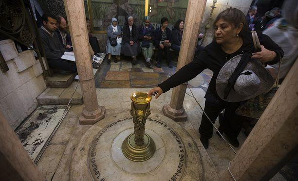 Pyhiinvaeltajat ovat pääseet kirkkoon päivisin, restaurointitöitä tehdään pääasiassa öisin.