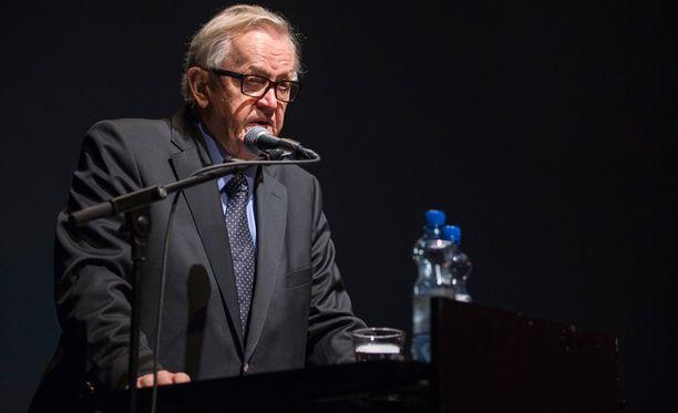 Ahtisaari tapaa Putinin arvovaltaisessa seurassa.