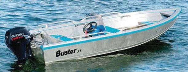 Kadonnut on liikkeellä metallinvärisellä Buster Xs-avoveneellä, jossa on kuluneet valkoiset airot.