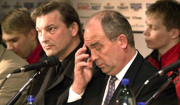Venäjän jääkiekkoliiton puheenjohtaja Aleksandr Steblin oli allapäin Venäjän heikosta menestyksestä 2000 kotikisoissa. Steblinin seuraajaksi tullut Vladislav Tretjak kuuntelee vieressä.