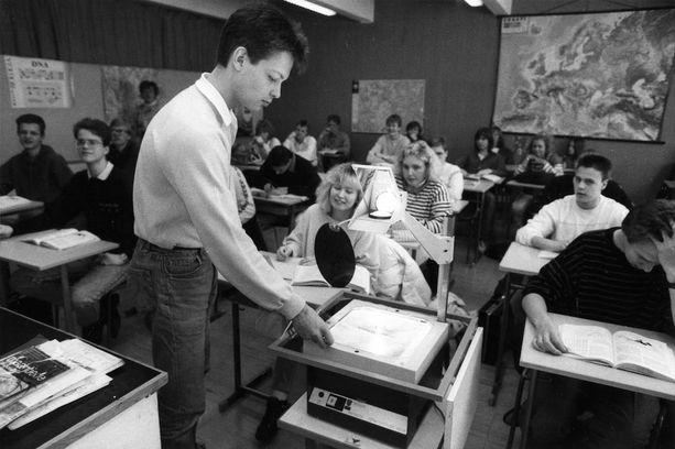 Piirtoheittimiä on käytetty lukioissa oppimisen apuna vuosikymmenien ajan. Kuvassa Leppävaaran lukion oppilaita maaliskuussa 1988.