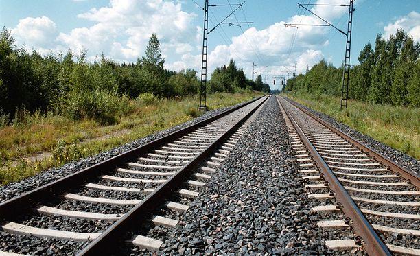 Vakava vaaratilanne sattui viime kesänä Ylivieskan rautatieasemalla. Kuvituskuva.