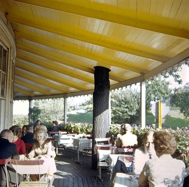 Asiakkaita terassilla, joka oli pitkään ulkotilaa. Kuva 1960-luvulta.