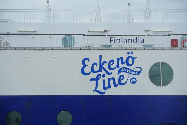 Eckerö Linen Finlandia jää keskiviikkoiltapäivänä myrskyn vuoksi satamaan.