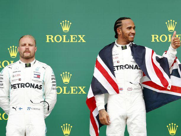 Valtteri Bottaksen ja Lewis Hamiltonin ilmeet kertovat, mikä ero on F1-kisan ykkös- ja kakkossijalla.