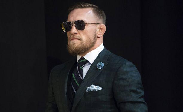 Conor McGregor poseerasi poikansa kanssa.