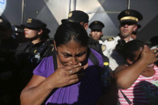 Tulipalossa kuolleiden nuorten sukulaiset odottivat hätääntyneinä tietoa rakkaistaan Virgen de la Asuncionin lastenkodin ulkopuolella lähellä pääkaupunki Guatemalaa.