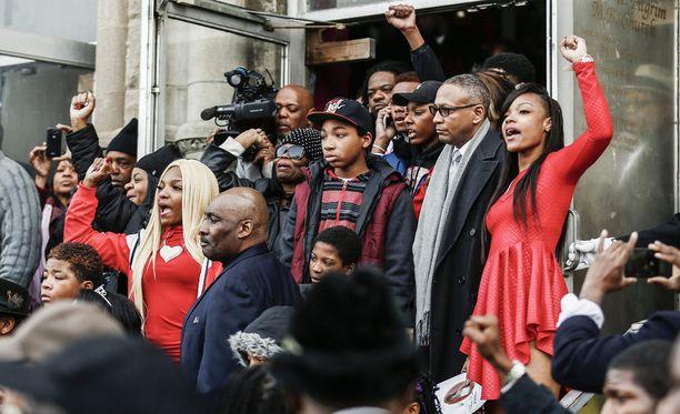 Kuoliaaksi ammutun perheenäidin sukulaiset osoittavat mieltä Chicagon poliisia vastaan. Poliisi ampui 55-vuotiaan naisen 26. joulukuuta vahingossa kiinniottotilanteen yhteydessä.