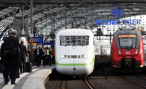 Saksan Düsseldorfissa on tiistai-iltana tapahtunut vakava junaonnettomuus. Kuvituskuva saksalaisista junista.