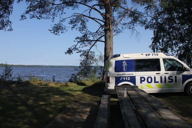 Poliisi ja pelastuslaitos etsivät hukkunutta useiden yksiköiden voimin.