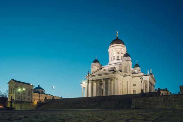 Kuvituskuva Helsingin Senaatintorilta. Onnettomuuspaikka on kuvasta katsoen oikealla.