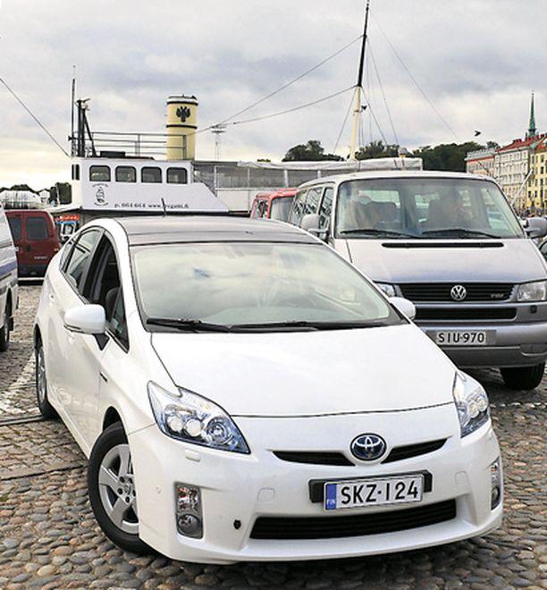 Nykyään moni auto peruuttaa ns. taskuparkkiin, mutta Prius on alusta lähtien osannut peruutta myös ns. pystyparkkiin.