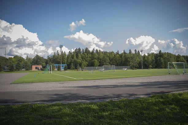 Paikallisten mukaan turvapaikanhakijat pelaavat usein Pernon nurmikentällä jalkapalloa.