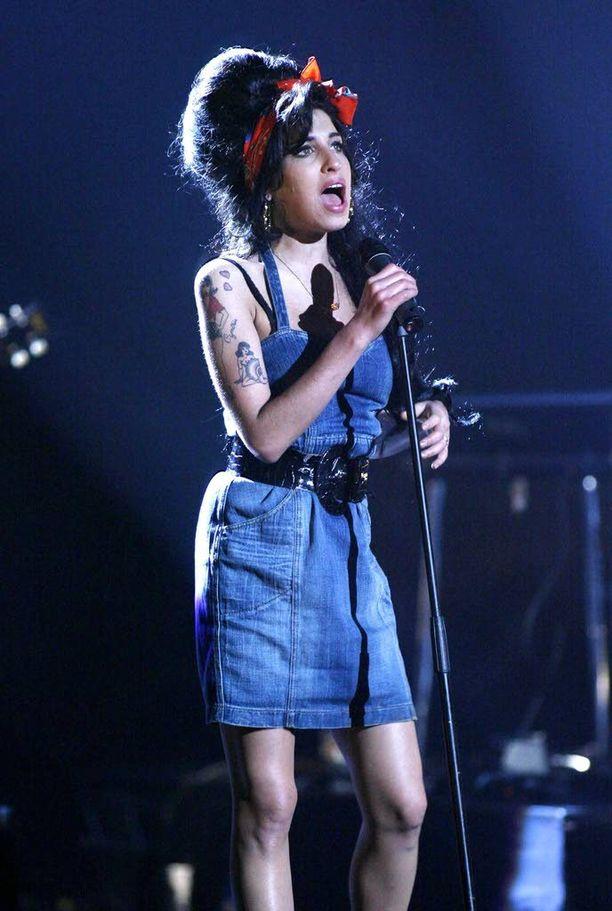 Edesmennyt Amy Winehouse ei koskaan esiintynyt Provinssirockissa. Kuva vuodelta, jolloin hänen piti nousta lavalle Suomessa.